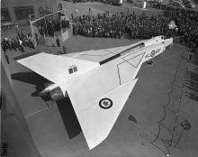 L'entreprise Avro Aircraft Limited dévoile le Avro CF-105 Arrow à ses installations de Malton, en Ontario, le 4 octobre 1957. La photo ci-dessus montre les ailes triangulaires distinctives du Arrow. PHOTO : Archives du MDN, PL-107092