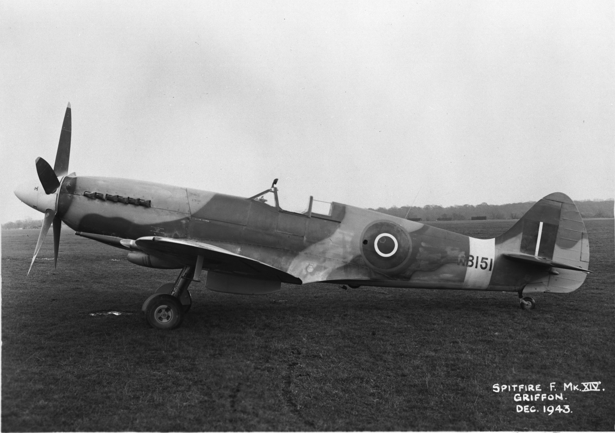 Une photo d'un Spitfire Mk XIV prise en décembre 1943. PHOTO : Archives du MDN, RE-20633-7